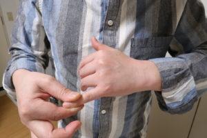 小指を回して股関節を調整